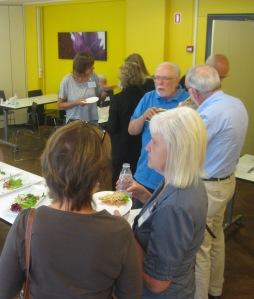 Mødedeltagere i snak under frokosten