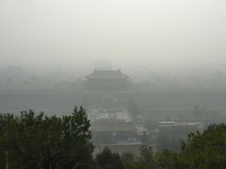 Hverdag i Beijing: den forbudte by set gennem et slør af smog (foto: Finn Hansson)